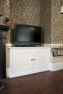 Traditional low cupboard in an Alcove with TV