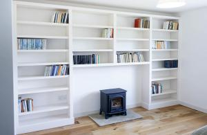 Contemporary white built in bookshelves