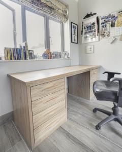 Free standing desk in Oak