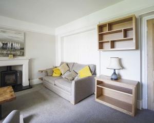 Modern living room shelving built in