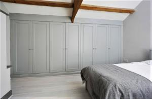 fitted Bedroom wall to wall in grey