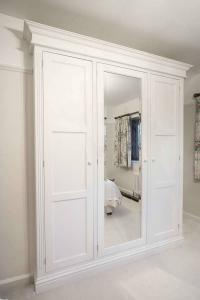 Built in-Period-Victorian-Wardrobe-with-bevelled-mirror